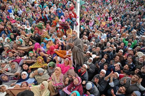 نمایش تار موی منسوب به پیامبر اسلام (ص) در سالروز عید مبعث در کشمیر/ خبرگزاری فرانسه