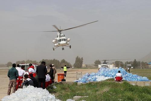 هلیکوپتر امداد هلال احمر در حال فرود برای بارگیری