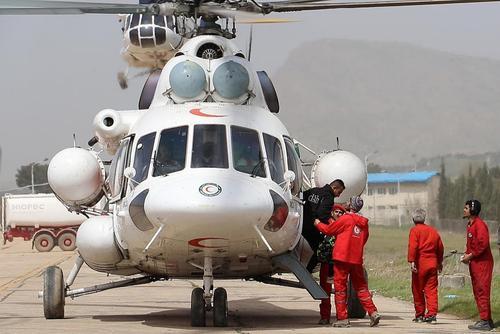 هلیکوپتر هلال احمر نجات یافتگان را در فرودگاه خرمآباد پیاده میکند