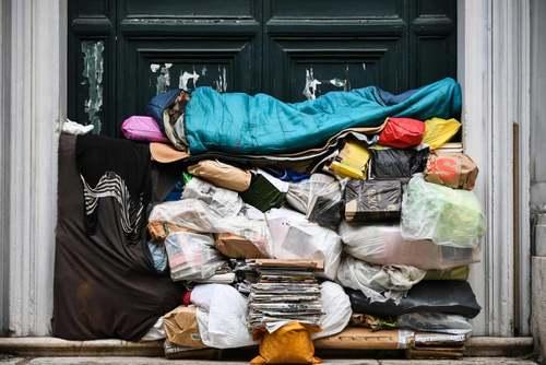 یک بی خانمان در شهر رم ایتالیا/ خبرگزاری فرانسه