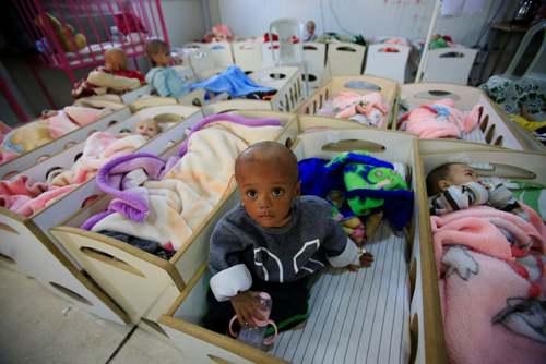 کودکان مبتلا به سوء تغذیه که والدین آنها از اعضای داعش بودند در بیمارستانی در شهر حسکه سوریه/ رویترز