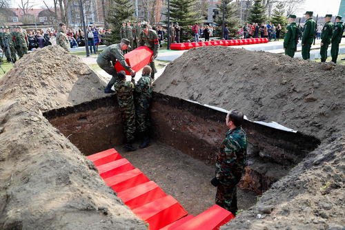 دفن دوباره بقایای اجساد 171 سرباز ارتش سرخ شوروی سابق که در جریان جنگ دوم جهانی در سال 1945 کشته شدهاند. / کالینینگراد روسیه/ ایتارتاس