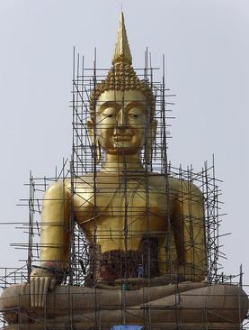 ترمیم و بازسازی مجسمه بزرگ بودا در تایلند