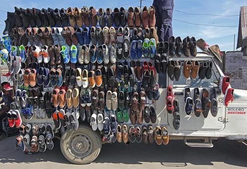 کفش فروشی سیار در سرینگر کشمیر