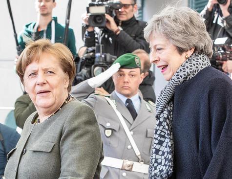 دیدار نخست وزیر بریتانیا و صدراعظم آلمان در برلین و بحث دو رهبر درباره بحران خروج بریتانیا از اتحادیه اروپا