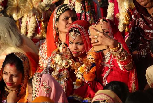 سلفی گرفتن هنگام جشنواره آینیی هندوها در شهر