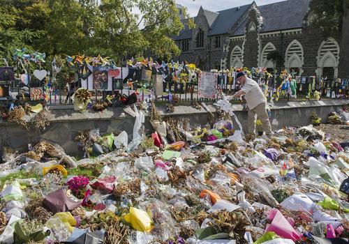 جمعآوری هزاران دسته گل بر جای مانده از همدردی مردمی با مصیبت دیدگان حادثه حمله تروریستی ماه گذشته به دو مسجد در شهر