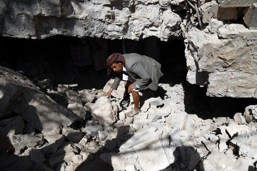 حمله هوایی جنگندههای ائتلاف تحت رهبری سعودی به خانهای مسکونی در شهر صنعا یمن/ شینهوا