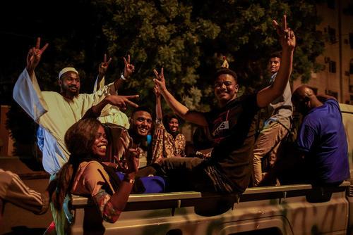 شادمانی مردم سودان در مقابل ستاد مرکزی ارتش سودان در شهر خارطوم پس از استعفای وزیر دفاع/ خبرگزاری آلمان