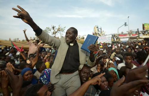 تظاهرات مسیحیان سودانی در مقابل مقر ارتش سودان در شهر خارطوم با درخواست انتقال قدرت از سوی ارتش به یک دولت غیرنظامی/ خبرگزاری فرانسه