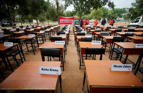 نمایشگاه پنجمین سالگرد ربوده شدن دهها دختر مدرسهای نیجریهای به دست گروه تروریستی بوکوحرام. نام این دختران روی صندلی ها نوشته شده است./ شهر