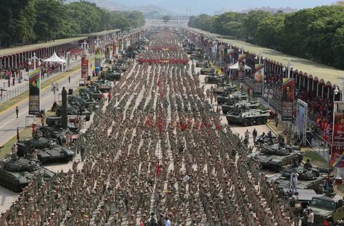 رژه ارتش ونزوئلا در هفدهمین سالگرد شکست کودتای آمریکایی بر ضد دولت هوگو چاوز/ کاراکاس/ رویترز