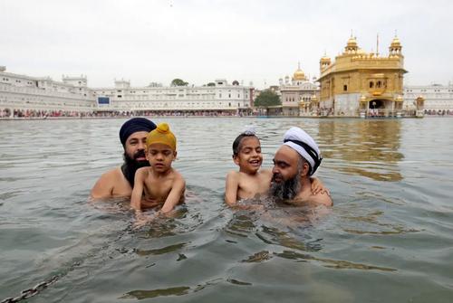 آیین آبتنی سیکهای هندی در مقابل معبد طلایی در آمریتسار هند/ EPA