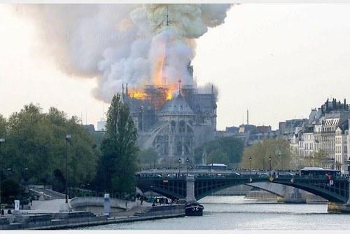آتشسوزی در کلیسای نوتردام پاریس (+عکس و فیلم)/ فرو ریختن بخشی از کلیسا