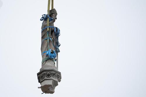 برداشتن مجسمههای کلیسای نوتردام پاریس از روی سقف آسیب دیده این کلیسا پس از آتشسوزی/ خبرگزاری آلمان