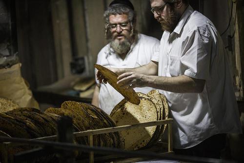 پخت یک نوع نان سنتی (ماتزا) برای تعطیلات یک هفتهای
