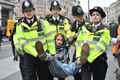 دستگیری فعالان محیط زیست در جریان دومین روز تظاهرات سراسری آنها در خیابان آکسفورد لندن