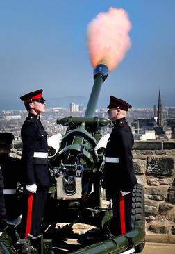 شلیک توپ به افتخار تولد ملکه بریتانیا در شهر