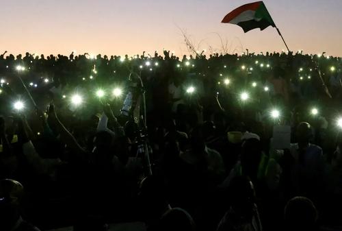 تظاهرات انقلابیون سودانی بر ضد حکومت نظامیان در مقابل ساختمان وزارت دفاع در شهر خارطوم/ رویترز