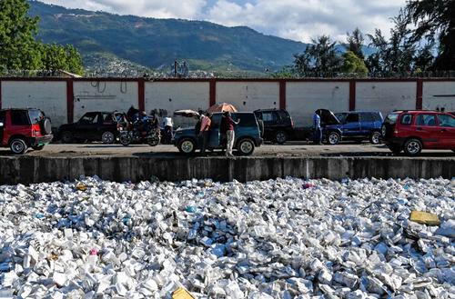 کانال مملو از زبالههای پلاستیکی در پایتخت هاییتی/ خبرگزاری فرانسه