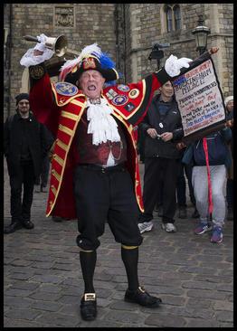 جارچی سلطنتی در حال اعلام خبر تولد نتیجه جدید ملکه بریتانیا در بیرون قلعه وینسور. دیروز فرزند شاهزاده هری نوه ملکه بریتانیا به دنیا آمد. او پسر است./زوما