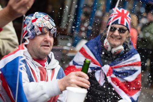 شادمانی طرفداران خانواده سلطنتی بریتانیا از تولد نتیجه جدید ملکه بریتانیا در بیرون قلعه وینسور در
