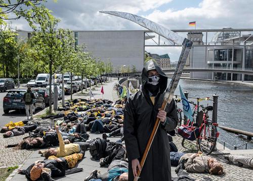 اعتراض نمادین فعالان محیط زیست در واکنش به گزارش اخیر سازمان ملل درباره نابودی بیسابقه 1 میلیون گونه گیاهی و جانوری زمین/ برلین/ خبرگزاری آلمان
