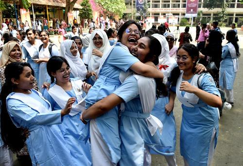 شادمانی دختران دبیرستانی بنگلادشی از نتایج آزمون فارغالتحصیلی/ داکا/ شینهوا