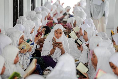 دانشآموزان یک مدرسه اسلامی در اندونزی در حال قرائت قرآن در نخستین روز ماه رمضان
