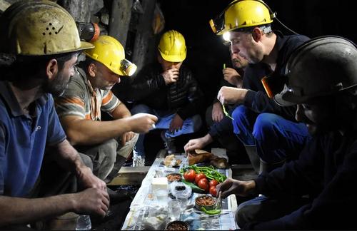 کارگران معدن ذغال سنگ در ترکیه در حال افطار در نخستین روز ماه رمضان / خبرگزاری آناتولی