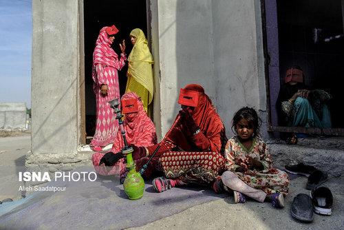 کلثوم ساربانی فرد، ۵۰ ساله، در حال قلیان کشیدن و وقت گذرانی با سایر زنان روستای جیفری است.