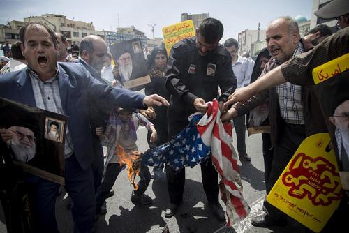 آتش زدن پرچم آمریکا در جریان تظاهرات ضد آمریکایی پس از نماز جمعه در تهران/ زوما