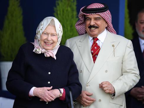 پادشاه بحرین در کنار ملکه بریتانیا در حال تماشای مسابقات اسب سواری سلطنتی