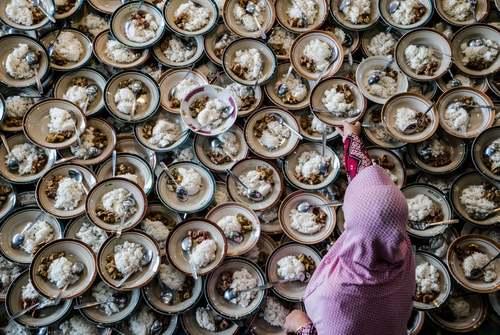 تدارک افطار برای روزه داران در مسجدی در اندونزی/ خبرگزاری فرانسه