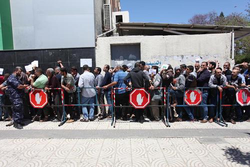 شهروندان غزهای برای دریافت کمک مالی 100 میلیون دلاری اخیر قطر به مردم غزه در مقابل دفتر اداره پست صف کشیدهاند./APA