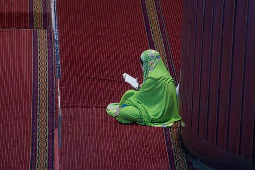 روزهدار اندونزیایی در حال قرائت قرآن در مسجد جامع استقلال در شهر جاکارتا/SOPA