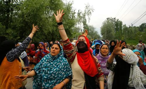 تظاهرات زنان در کشمیر هند علیه تجاوز به یک دختر بچه 3 ساله. این زنان خواستار تشدید مجازات متجاوزان هستند./EPA