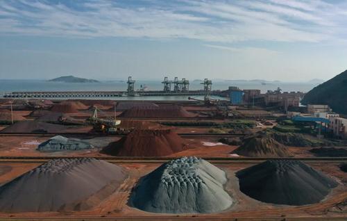شمش سنگ آهن وارداتی در بندری در چین/ رویترز