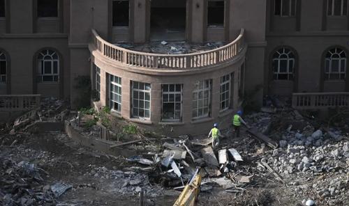 ساختمان سفارت سابق آمریکا در پکن در حال تخریب. این ساختمان 20 سال پیش و پس از حمله معترضان چینی تخلیه شده بود. 20 سال پیش معترضان چینی پس از حمله هوایی آمریکا به ساختمان سفارت چین در بلگراد در قالب نیروهای ناتو، به این ساختمان حمله کردند و آن را ویران کردند./ گتی ایمجز