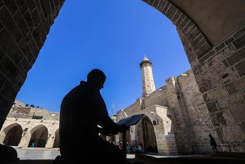 قرآنخوانی مرد فلسطینی در ماه رمضان در مسجد