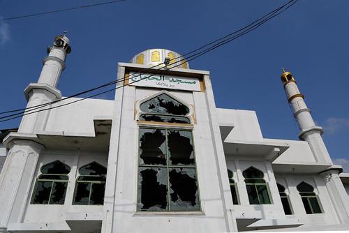 یک کشته و دهها زخمی در حمله به یک مسجد و چند مغازه جامعه مسلمانان در شهر