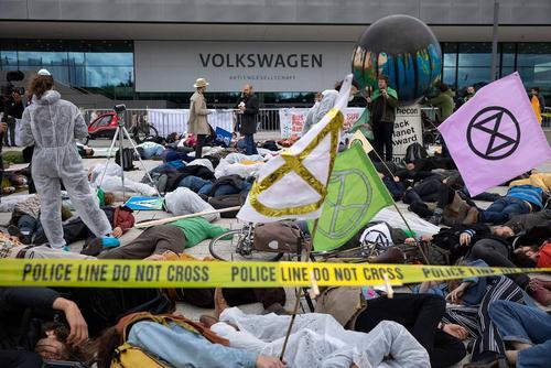 تجمع فعالان محیط زیست در مقابل دفتر کمپانی