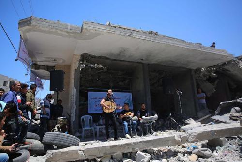 اجرای برنامه یک گروه موسیقی فلسطینی در ویرانههای یک خانه بمباران شده از سوی اسراییل در نوار غزه با شعار تحریم مسابقات موسیقی یوروویژن با میزبانی اسراییل/ قدس نت