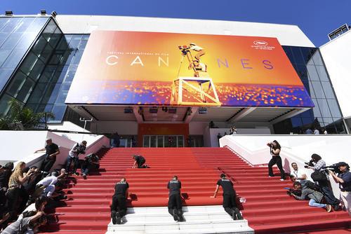 پهن کردن موکت قرمز در محل برگزاری جشنواره سالانه فیلم