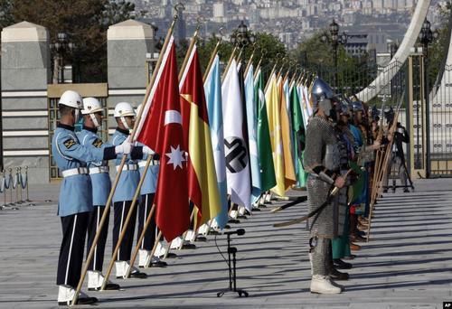 گارد تشریفات کاخ ریاست جمهوری ترکیه در مراسم استقبال از نخست وزیر عراق در آنکارا/ آسوشیتدپرس