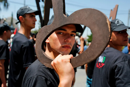 کلید نمادین بازگشت به خانه در دستان جوان فلسطینی در تظاهرات به مناسبت هفتادویکمین