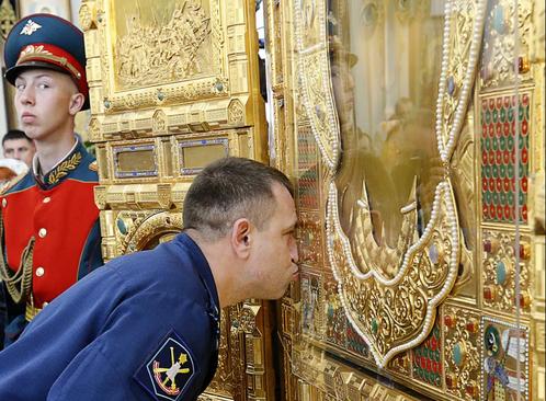 بوسه بر یک بخش آماده شده برای کلیسای جامع نیروهای مسلح در روسیه. این کلیسا قرار است در سال 2020 و همزمان با هفتاد و پنجمین سالگرد پیروزی در جنگ دوم جهانی افتتاح شود./ ایتارتاس