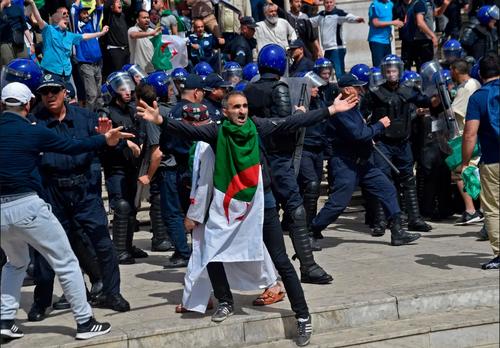 تظاهرات ضد حکومتی روز جمعه در پایتخت الجزایر/ خبرگزاری فرانسه