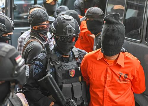 آوردن مظنونان تروریستی از سوی نیروهای امنیتی اندونزی به یک کنفرانس خبری در شهر جاکارتا/ خبرگزاری فرانسه