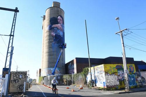 یک هنرمند استرالیایی در شهر ملبورن یک نقاشی دیواری کشیده است. در این نقاشی نخست وزیر نیوزیلند را نشان میدهد که پس از حادثه تروریستی در شهر